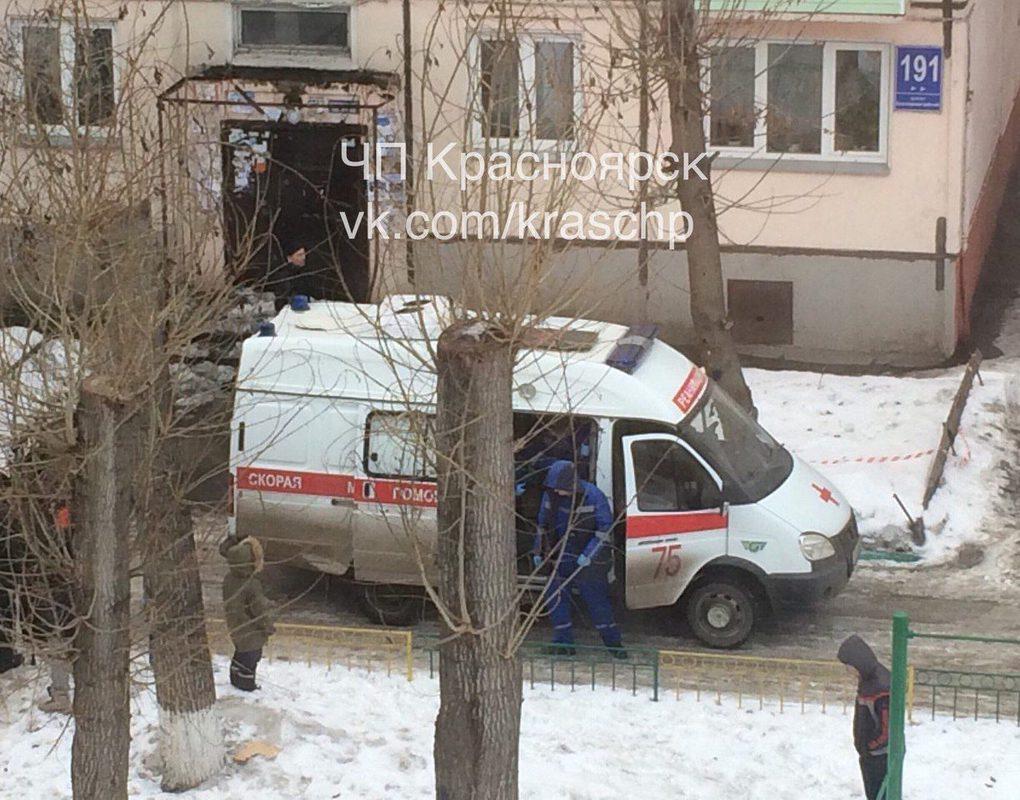 В Красноярске козырек подъезда рухнул на жительницу дома