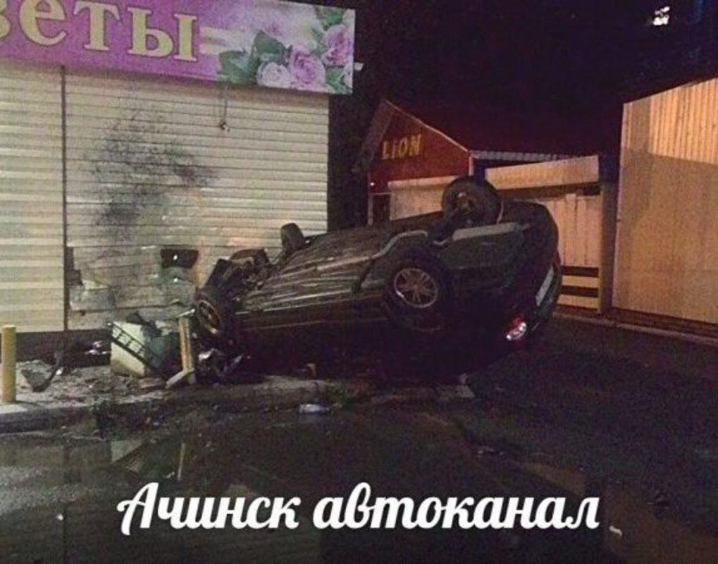 В Ачинске пьяный водитель въехал в цветочный павильон