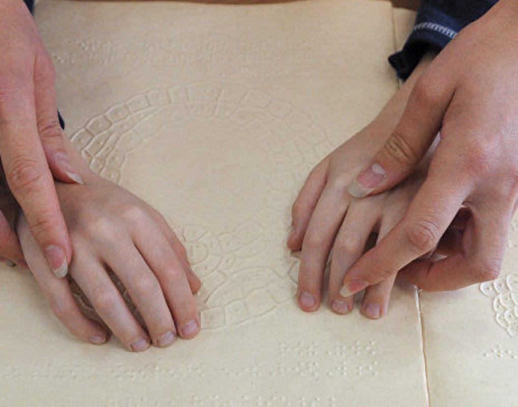 Потерявшая зрение и слух жительница Емельяново научилась читать и писать