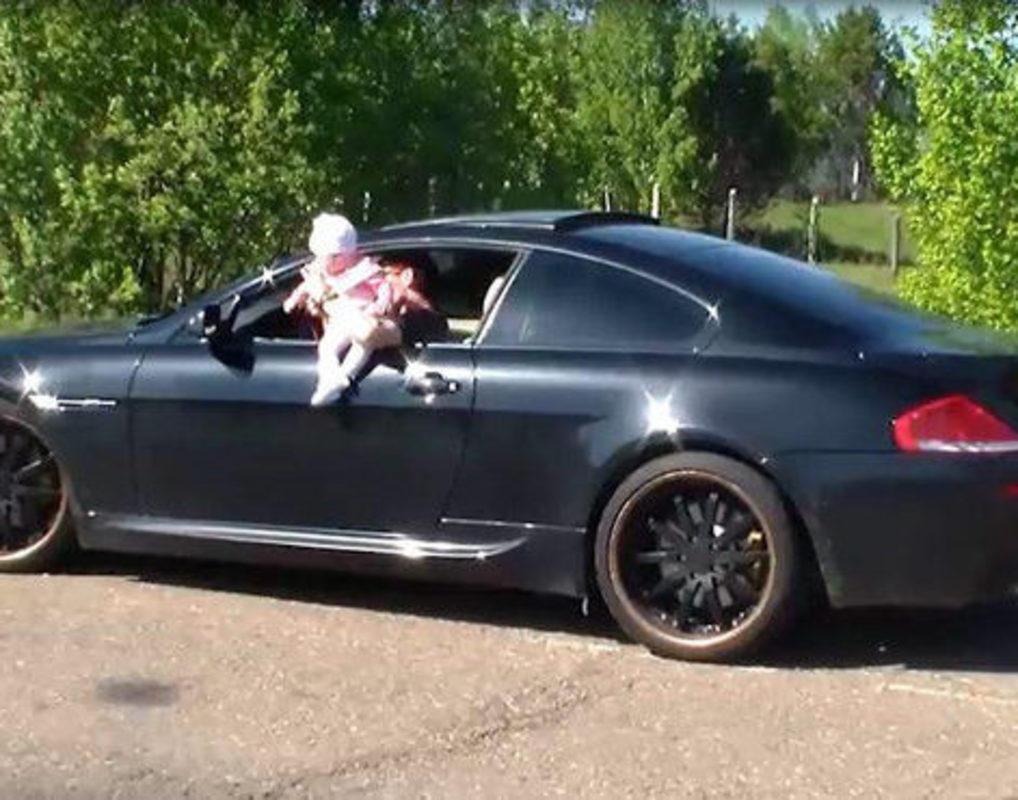 В Красноярском крае задержали водителя, свесившего ребенка из окна машины