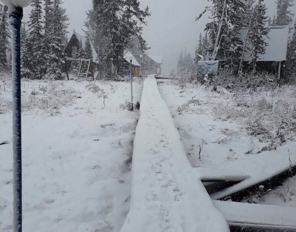 На базе отдыха Ергаки выпал снег