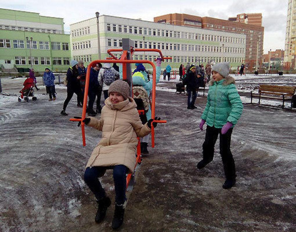 Во дворе красноярской школы установили тренажеры и гоночную трассу