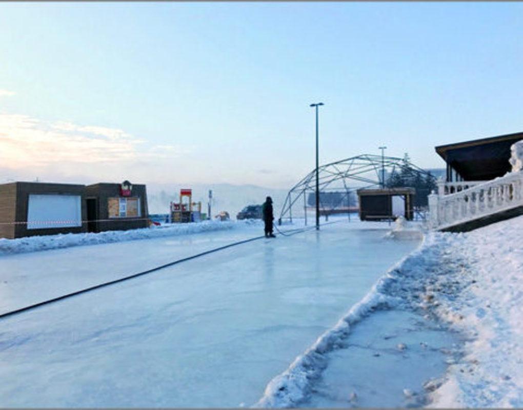 На набережной Красноярска заливают новую ледовую площадку