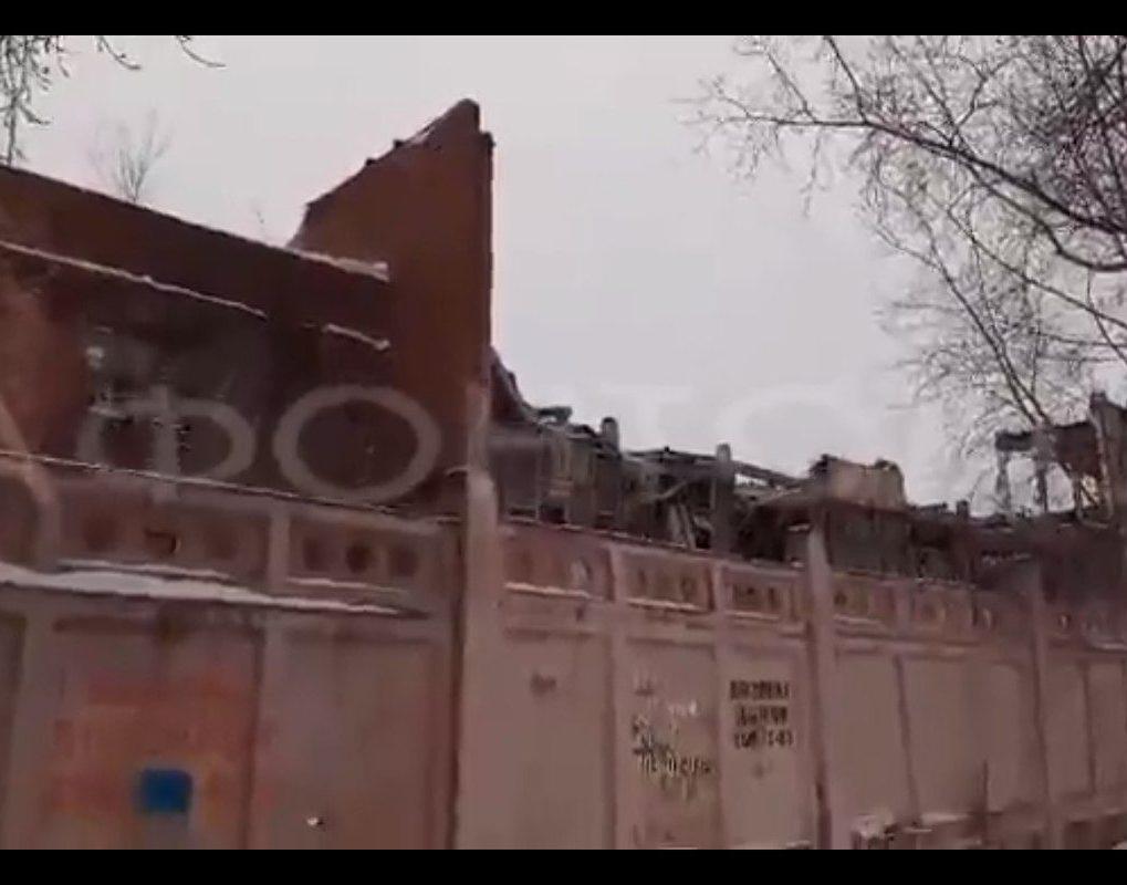 В Красноярске начали сносить один из цехов «Красфармы»