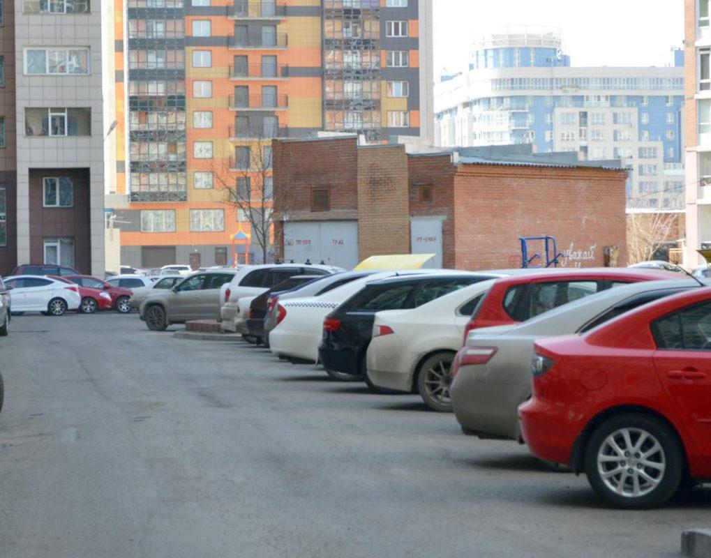 В Красноярском крае мужчина снимал аккумуляторы и колеса с автомобилей во дворах