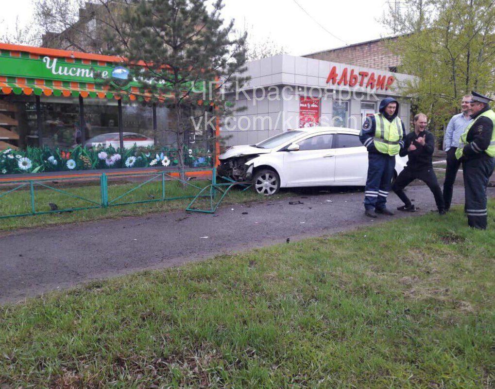 Пьяный красноярец без прав устроил ДТП и вылетел на тротуар