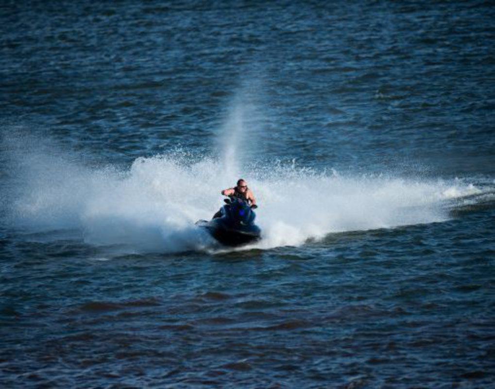 В Красноярске спасатели вытащили на берег заглохший посреди Енисея гидроцикл