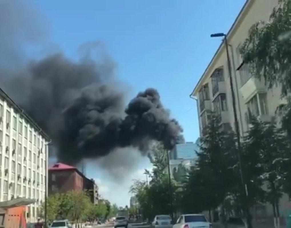 В центре Красноярска горит крупное офисное здание