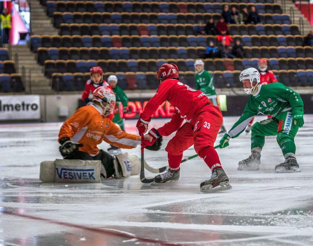 «Енисей» начал с победы Кубок мира по хоккею с мячом