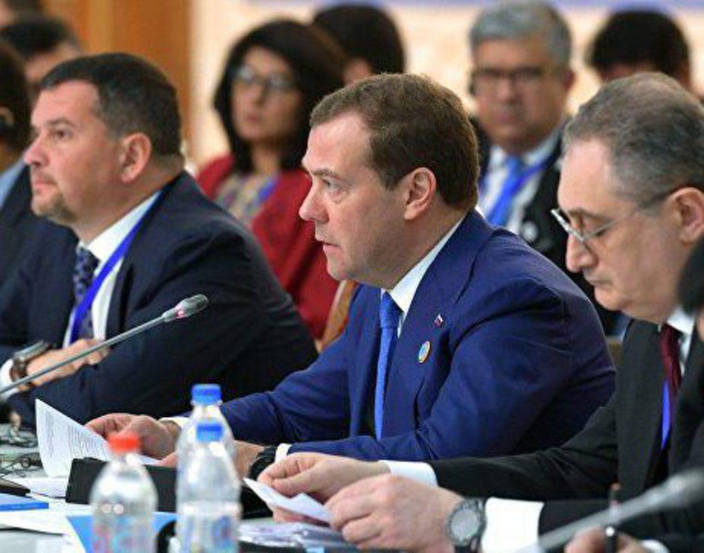 Медведев одобрил переход на нацвалюты в расчетах между странами ШОС