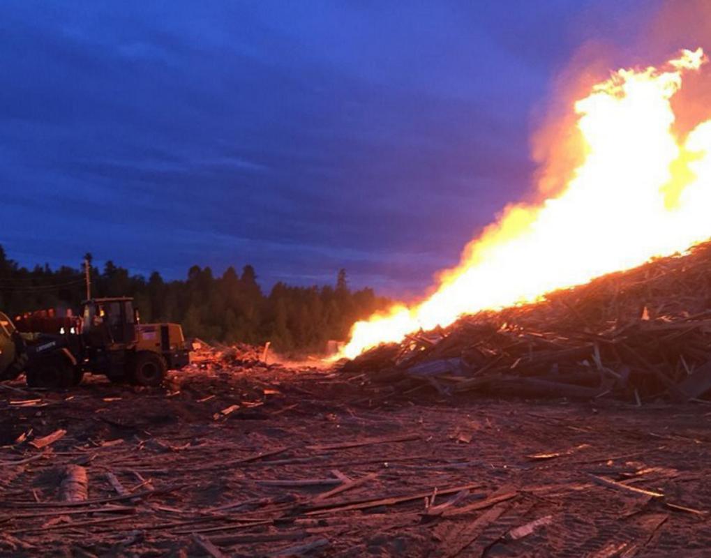 Поселок в Красноярском крае защитили от пожара на лесоскладе