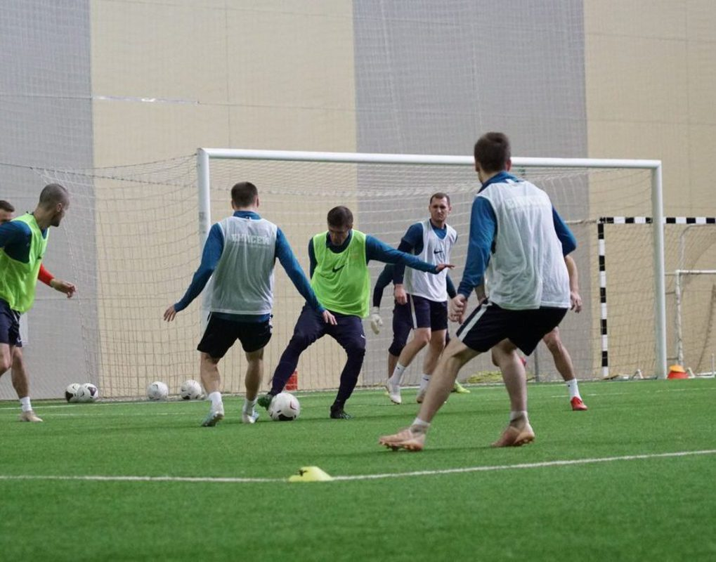 Футбольный «Енисей» начинает принимать соперников в манеже