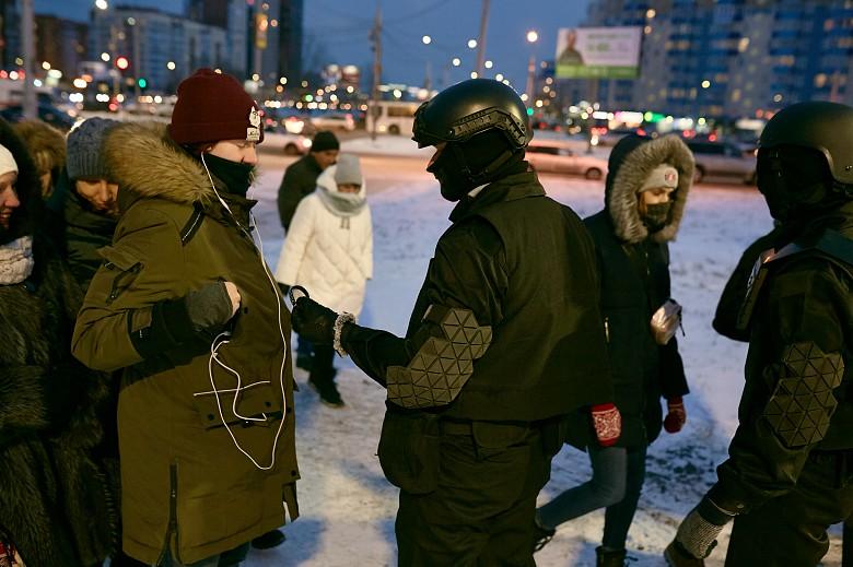 Колонна джипов и люди в военной форме взбудоражили красноярцев фото 3