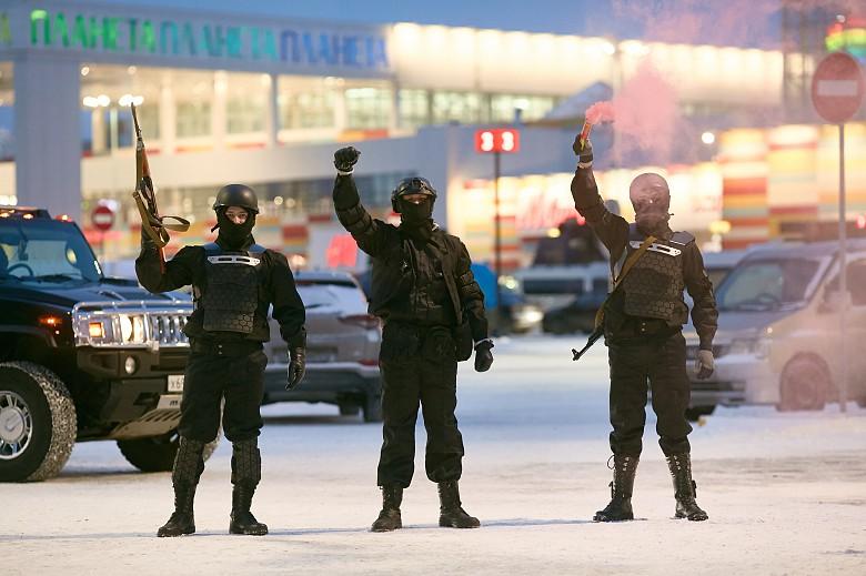 Колонна джипов и люди в военной форме взбудоражили красноярцев фото 4