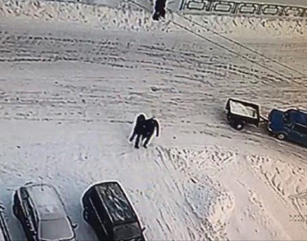 Житель Лесосибирска в подъезде напал на детского врача и избил его