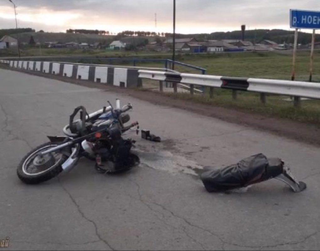 На востоке края мотоциклист без прав разбился после наезда на ограждение