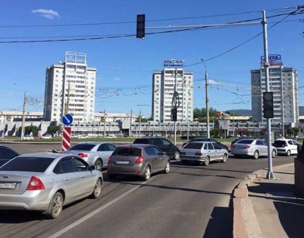 На кольце Предмостной площади установили светофор