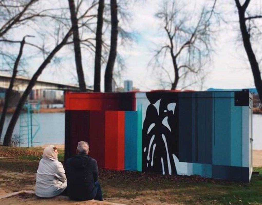 Тайный художник превратил серый павильон в Татышев-парке в новый арт-объект