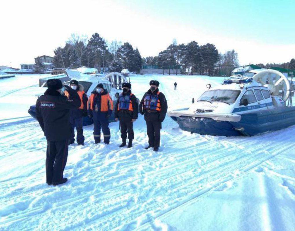 Сотрудники туристической полиции пересели на снегоходы и катера