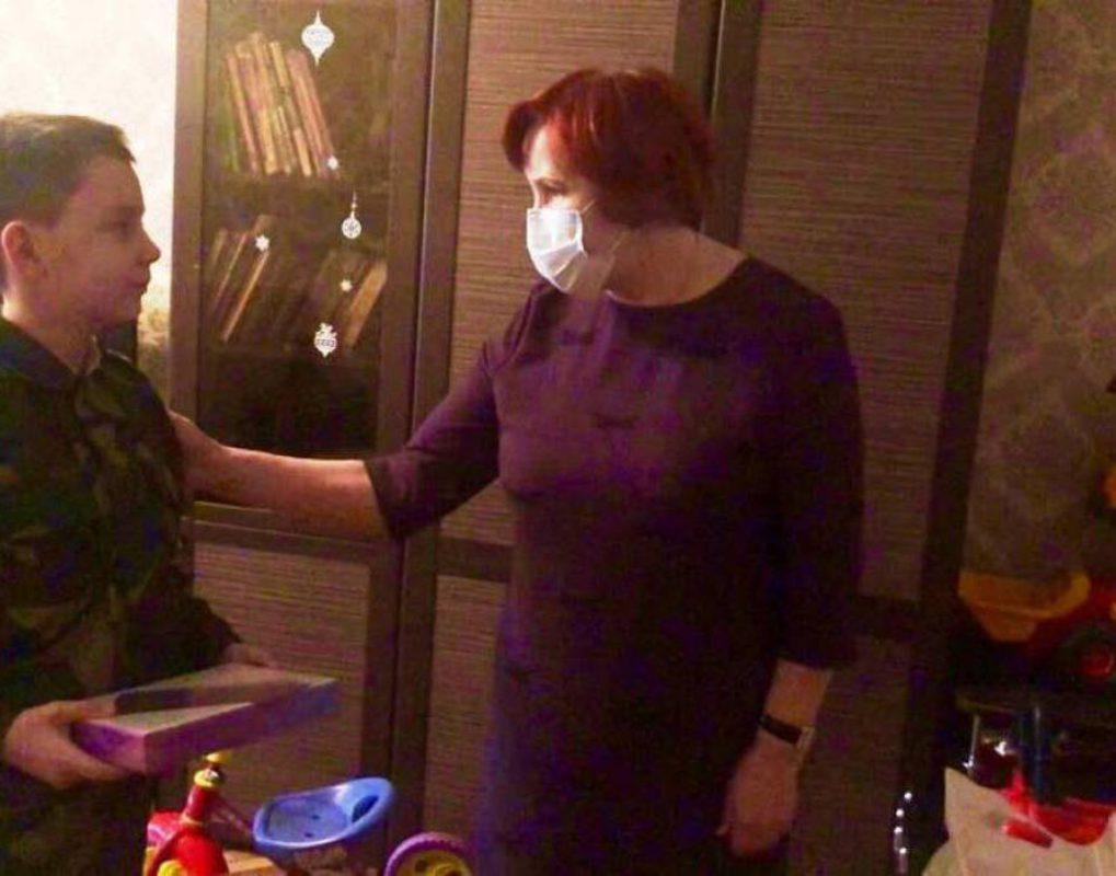 Вера Оськина подарила планшет многодетной семье в рамках партийной акции «Помоги учиться дома»
