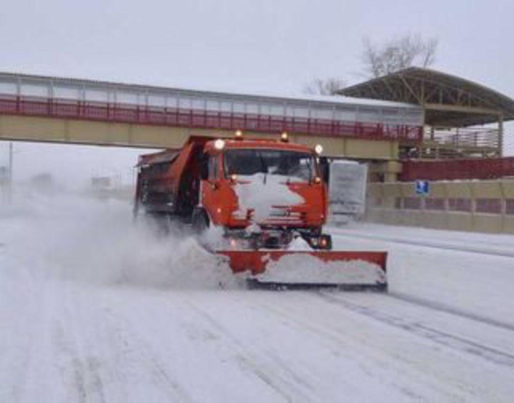 Уборка дорог и тротуаров в Красноярске продолжается и в морозы