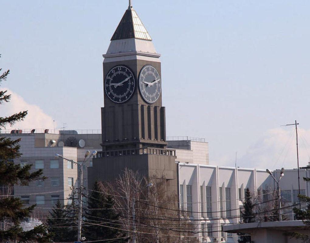 Администрация города «построила» 15-этажку из вывезенного с дорог Красноярска снега