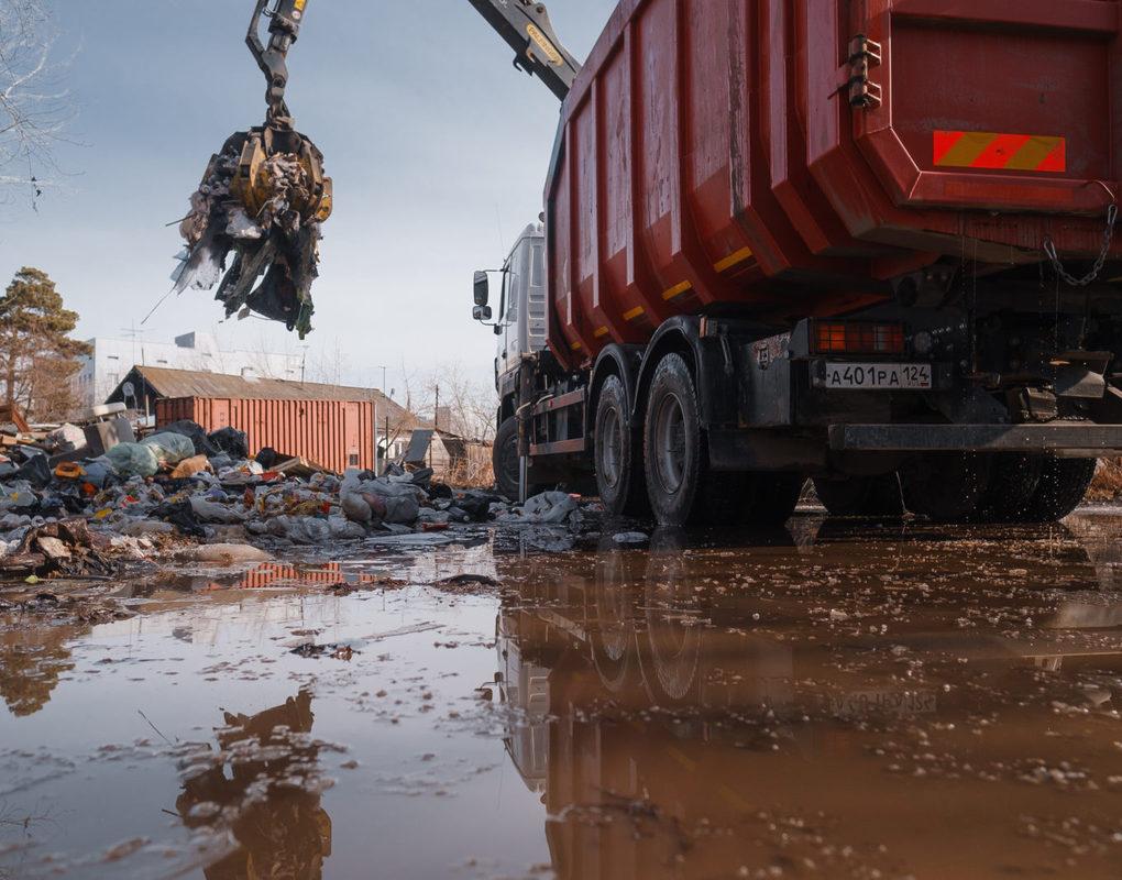 Горы мусора на Смоленской убрали только после вмешательства регоператора