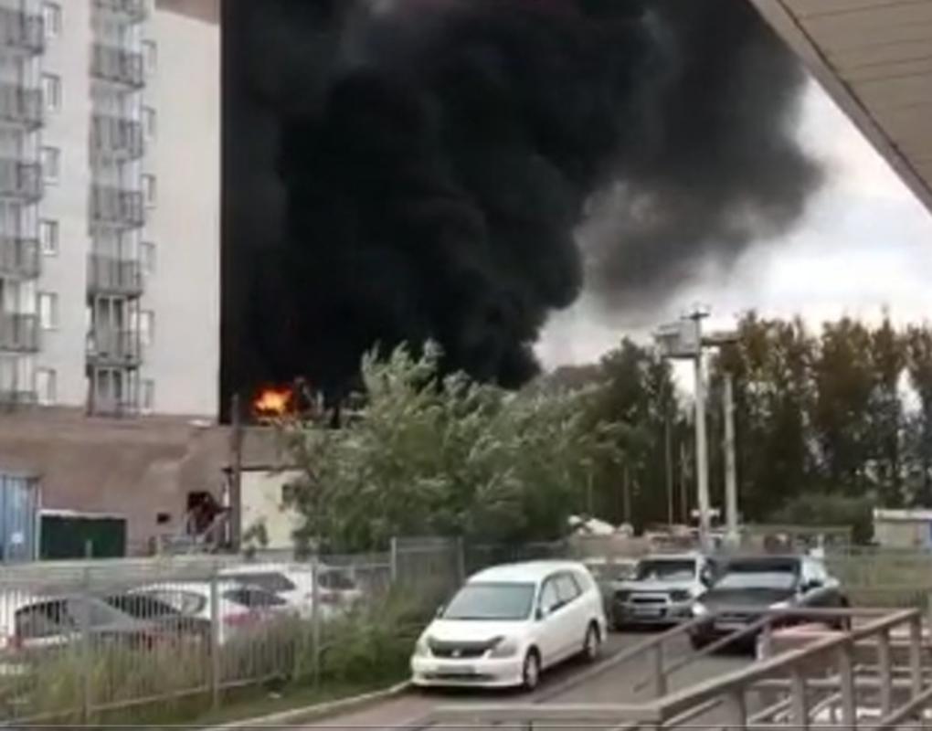На одной из строек Красноярска загорелся строительный мусор