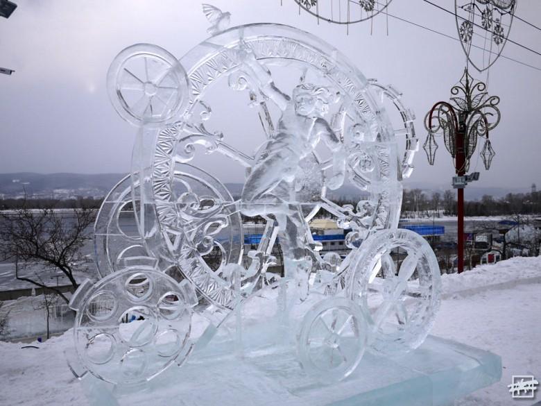 Скульптура «Эпоха колес» завоевала II место в номинации «ЛЕД» — ее создала команда «Iceman» из Красноярска.