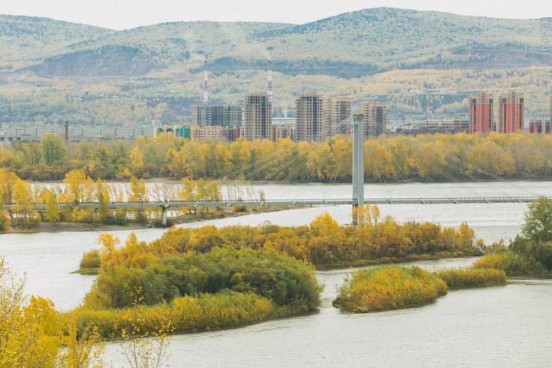 Еще один пешеходный мост на Татышев прекрасно сохранился и сегодня, однако осенью количество гуляющих по нему заметно поубавилось. Хотя именно ранней осенью с моста открываются наиболее потрясающие виды — заросшие островки пестрят яркими красками.