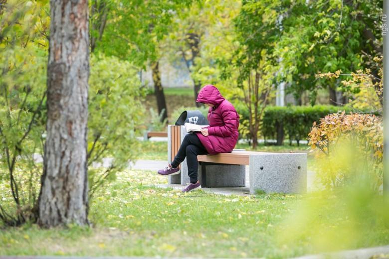 35-летняя Юлия, читающая книгу в тихом парке за ДК им. 1 Мая, любит наступившее время года за его особенную атмосферу и расписанные яркими красками деревья — именно сейчас, по ее мнению, сибирская осень вступила в зенит своей красоты. «Летом было очень жарко, сейчас гораздо приятнее побродить по красивым улочкам — организм внутренне отдыхает и расслабляется», — улыбаясь, добавила она.