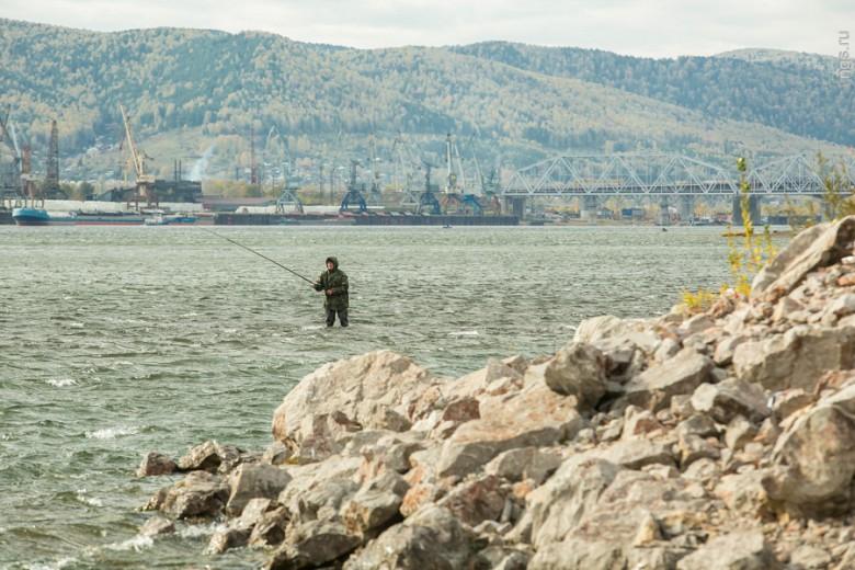 Пожалуй, самые невосприимчивые к капризам погоды люди — это рыбаки, которые отправляются к реке в любое время года. Не пугает их ни пронизывающий ветер, ни мелкий моросящий дождь. «Зато клев хороший!» — радуется стоящий по колено в холодной воде мужчина.
