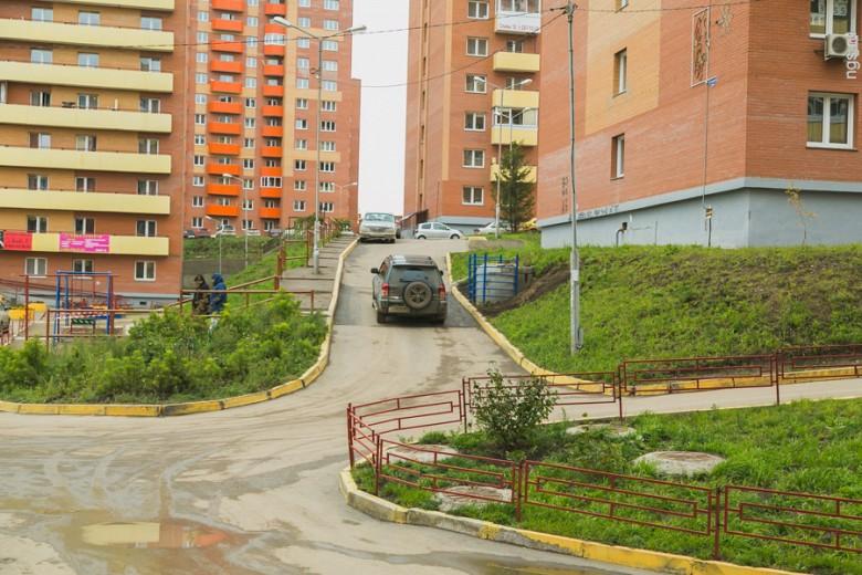 Поиски нужного дома в заселенной части 5-го микрорайона для незнакомца будут напоминать игру «лабиринт»: высотки располагаются на разном уровне и имеют закрытые дворы, где придется покрутиться для разворота. Габаритным авто на дороге не разъехаться.