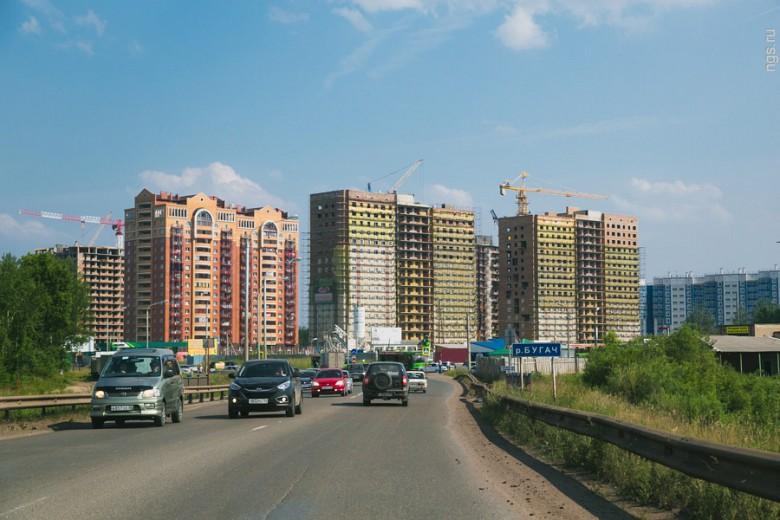 Район бывших военных казарм с 5 пятиэтажками разросся, сейчас там проживает около 7 тыс. человек. Всего на 306 га — от Калинина до Норильской — планируется заселить 26 тыс. человек. Такие темпы застройки, убежден депутат горсовета Александр Глисков, приведут к «социальной катастрофе».