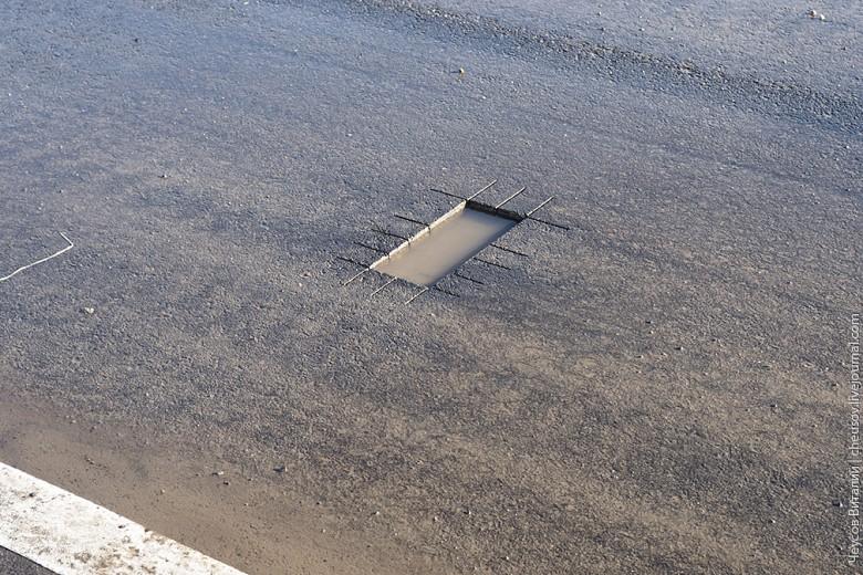 По старой традиции с новой дороги взяли пробу и оставили место выемки наполняться водой и грязью.
