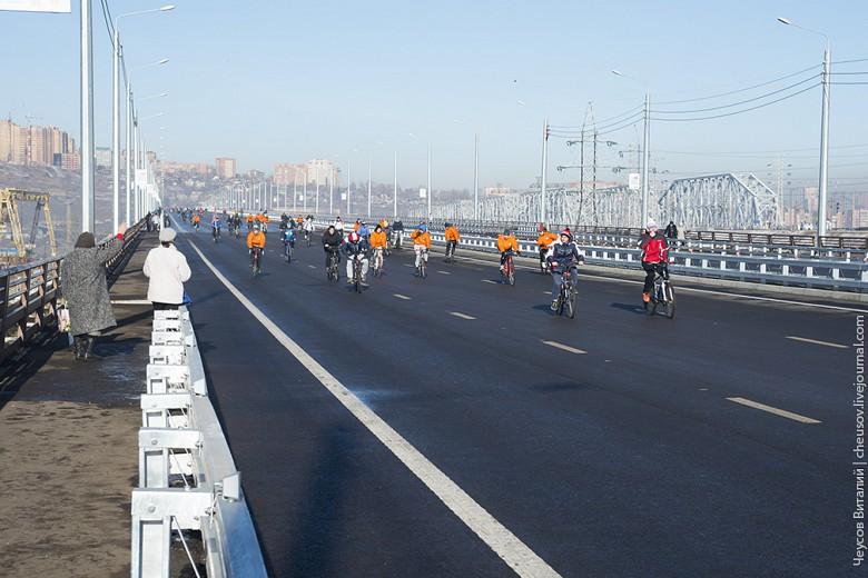 И замыкали торжественное шествие велосипедисты, хотя новый мост для них и не очень удобен