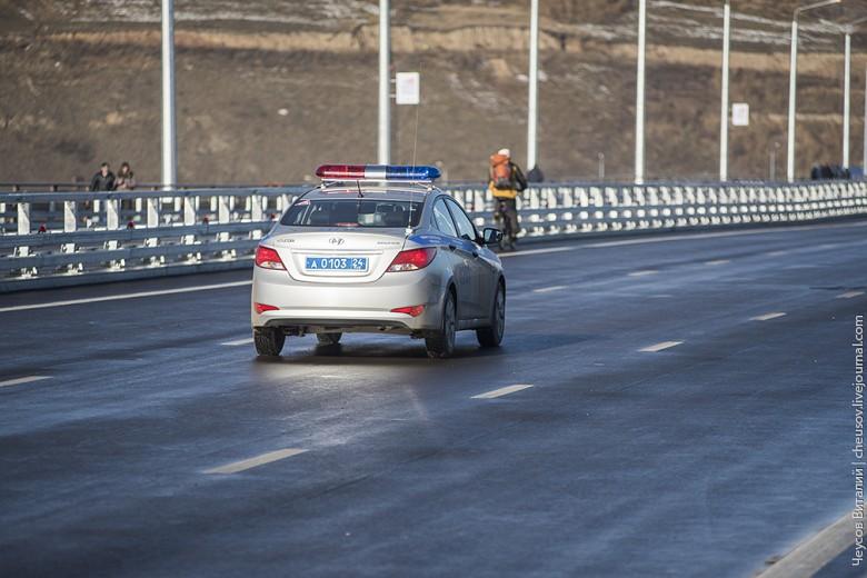 Велосипедистам позволили вернуться обратно, после чего полицейские на машине выгнали всех с проезжей части и мост официально был открыт автомобилистам.