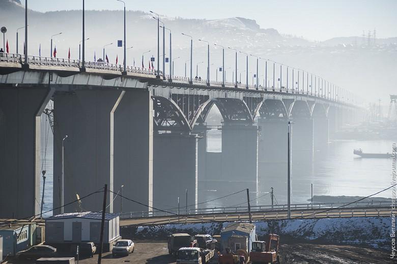"""Полностью оценить дизайнерские решения из-за тумана не очень получилось, но в целом восторга не вызывает, мост достаточно """"обычный"""". Симпатичнее, чем Октябрьский мост, но до Коммунального далеко, хотя, судя по пешеходной инфраструктуре, о которой будет позже, особенной красоты там и не надо."""