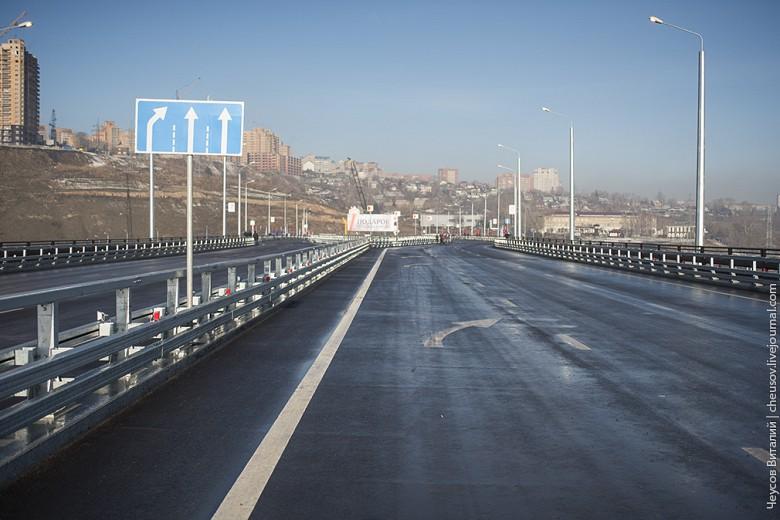 На мосту 6 полос, ширина их не такая большая, как на Октябрьском, что скорее плюс - меньше соблазна гонять.