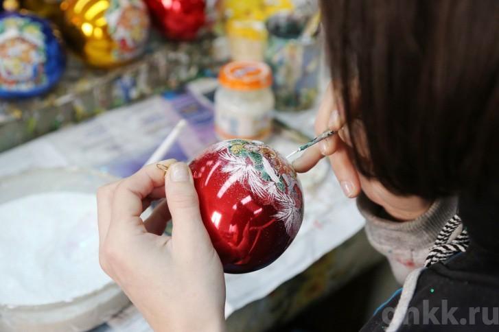 Подготовка к Новому году на красноярской фабрике игрушек «Бирюсинка» фото 15