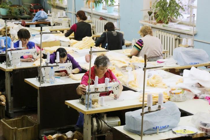 Подготовка к Новому году на красноярской фабрике игрушек «Бирюсинка» фото 24