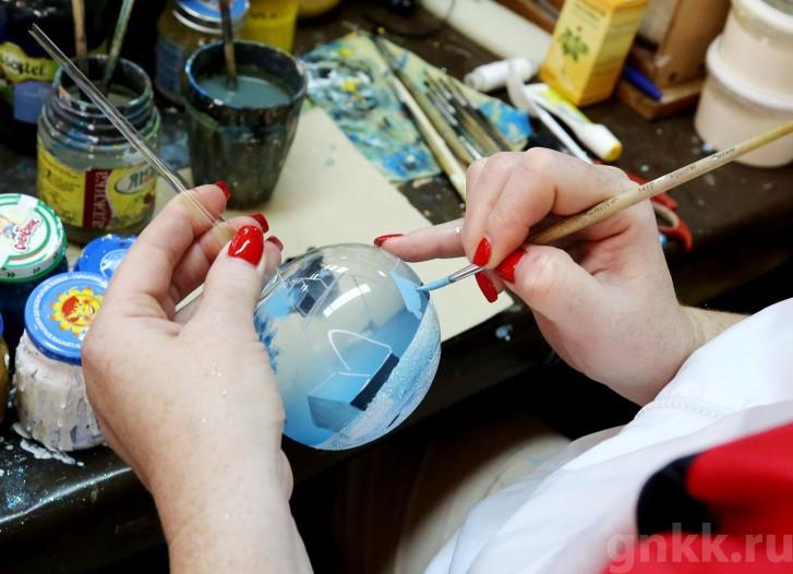 Подготовка к Новому году на красноярской фабрике игрушек «Бирюсинка» фото 10