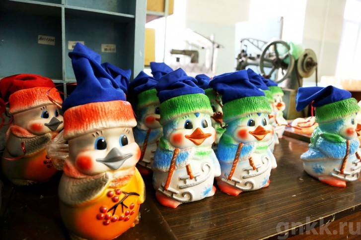 Подготовка к Новому году на красноярской фабрике игрушек «Бирюсинка» фото 19