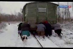 80 километров от Питера - старики толкают  вагон с хлебом